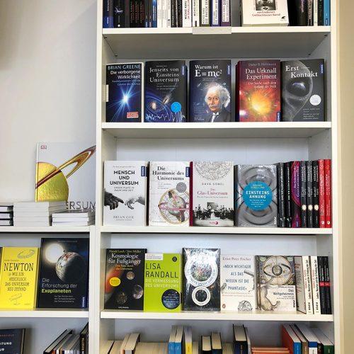 Buchregal mit Bücher über Physik und Naturwissenschaften.